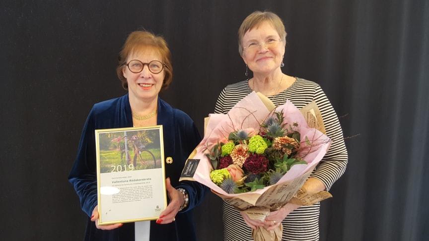 Anne-Marie Kraft Karlsson, ordförande för Vallentuna Rödakorskrets (till vänster), och Anita Björkvall Stribeck, kassör (till höger).