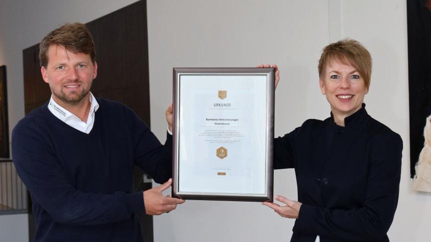 Bei der Siegelübergabe: Carola Schroeder, Vorstandsmitglied Barmenia Versicherungen und Jan Römer, Die Bergische