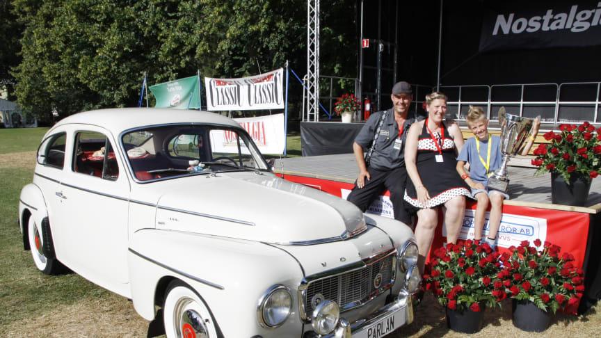 Boel, Jens och Rasmus Persson med sin vinnarbil i form av en Volvo PV -64.