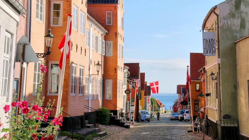 Vestergade i Ærøskøbing med kig til havnen