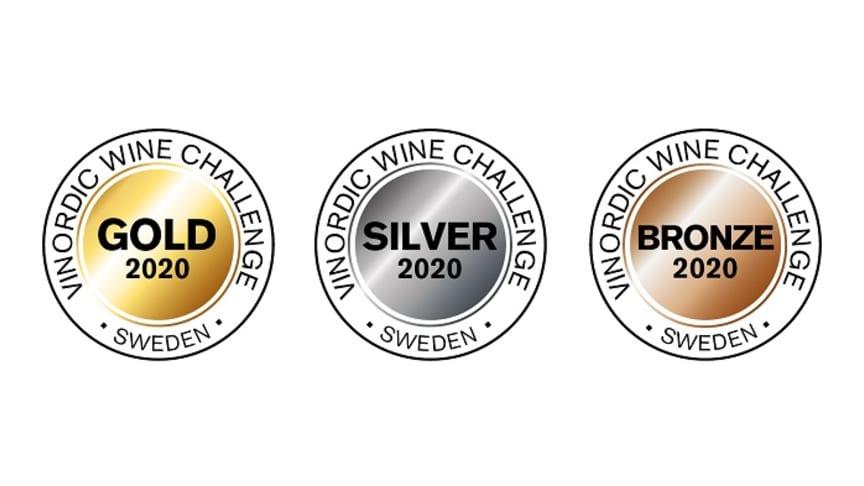 Dekalerna som kommer att pryda de vinnande vinerna på Systembolaget.