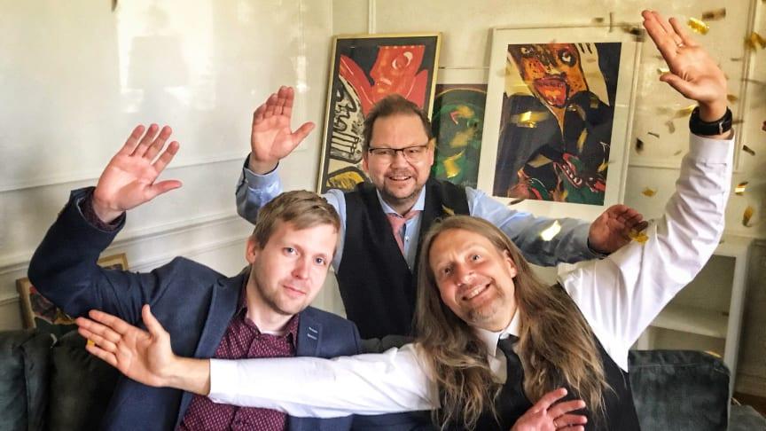 Niklas Dahrén, Magnus Bolinder, Thomas Röstberg (bakre raden) och Hälsingegymnasiet i Bollnäs är glada vinnare av Vismas pris Årets UF-skola. Foto: Anna Alverhag
