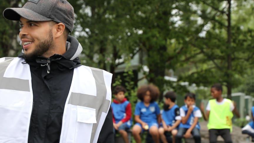 Äldre ungdomar sommarjobbar som ledare för yngre barn och ungdomar i arrangemanget Sommar i Vivallaparken.