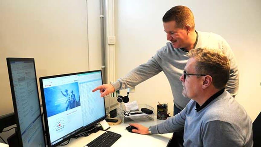 Martin Dahm (stående) och Pontus Rydberg är mycket nöjda med sina första veckor som specialistkonsulter. Etablering i Science Park Skövde var det bästa alternativet för dem.
