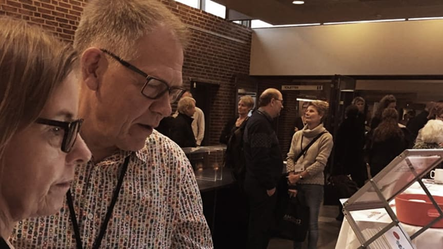 Sygefraværsrådgiver Dorte Kirkegaard demonstrerer her Cabis nye sygefraværsberegner på årets Arbejdsmiljøkonference i Nyborg