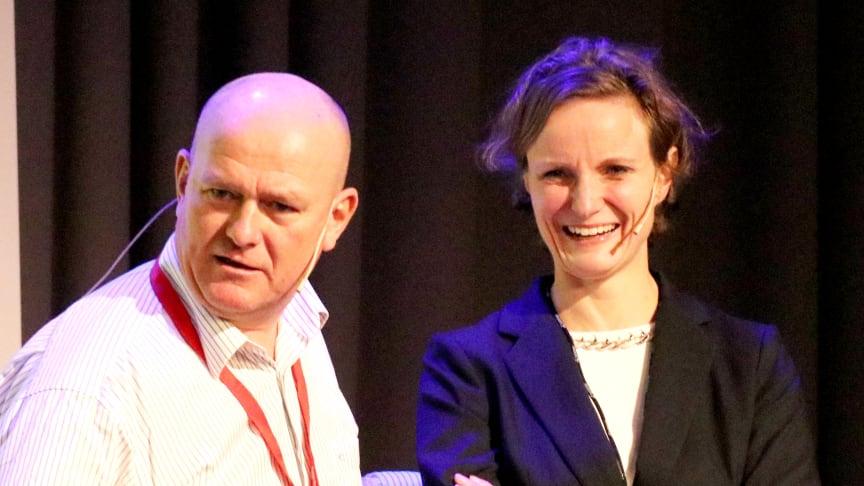 Avdelingsdirektør for drosjesakene i Oslo kommune, Hanne Skåle Thowsen, er kritisk til departementets forslag på mange punkter. Her sammen med fagkonferansens møteleder, Jan Erik Larssen.