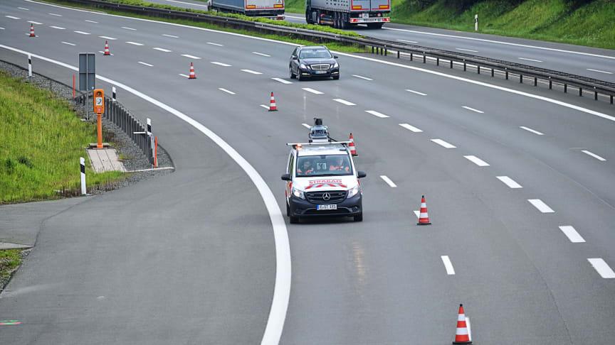 Streckenvermessung bei Tempo 110: Mobile-Mapping-Einsatz auf der A 93 zwischen Regnitzlosau und Dreieck Hochfranken (oben).  Foto: Thomas L. Fischer / STRABAG AG