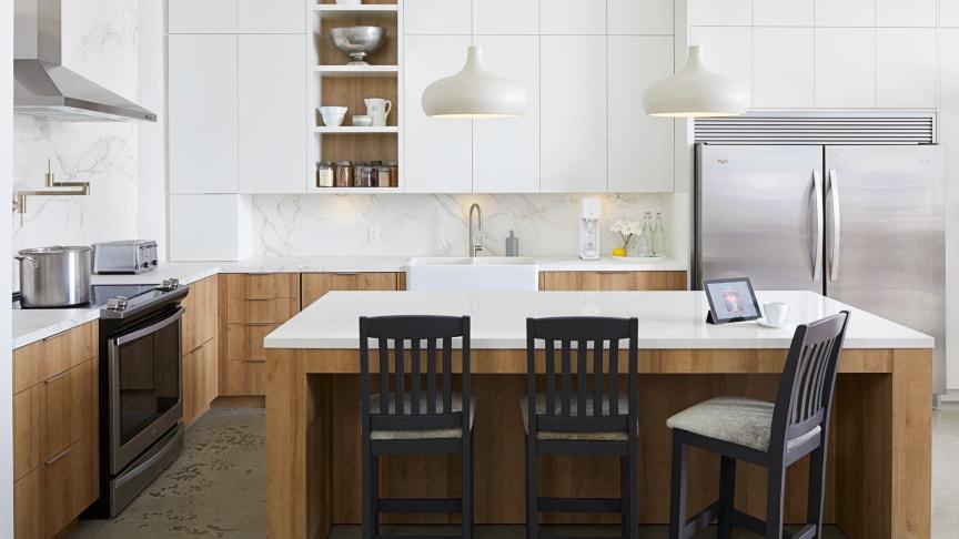 Karl valde en kombination av Dekton Halo för köksön och Dekton Entzo för bänkskivorna och stänkskyddet, vilket gav en dramatisk men ändå subtil touch till utrymmet med Entzos guldiga marmorering.