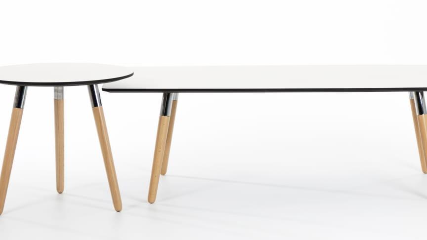 Stressless Style sidebord og Stressless Style sofabord med hvit bordplate og ben i natur.