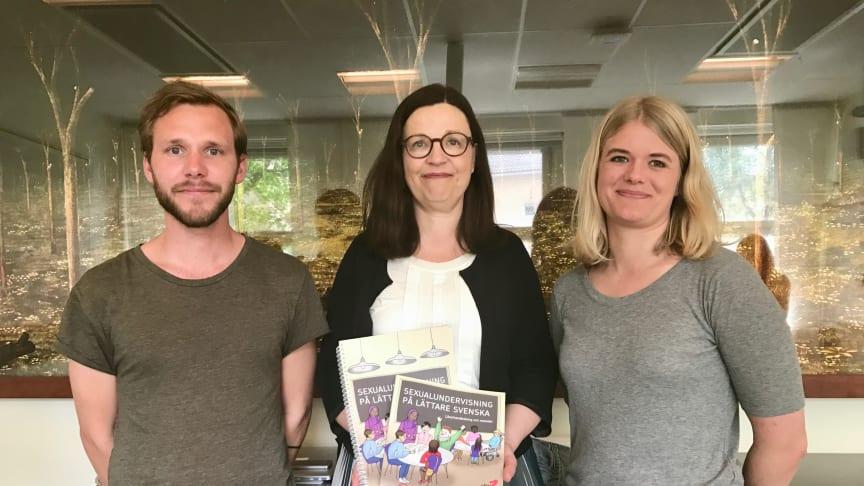 Gymnasie- och ungdomsminister Anna Ekström med RFSU:s sexualupplysare Linus Lundby och Kerstin Isaxon