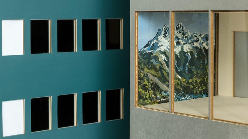 Syntolkning: Närbild av en sjukhusmodell med utskurna fönster. En målning av en hel vägg i slutet av en sjukhuskorridor syns på bilden. ©Viktor Rosdahl/Bildupphovsrätt2018. Foto P. Mannberg.