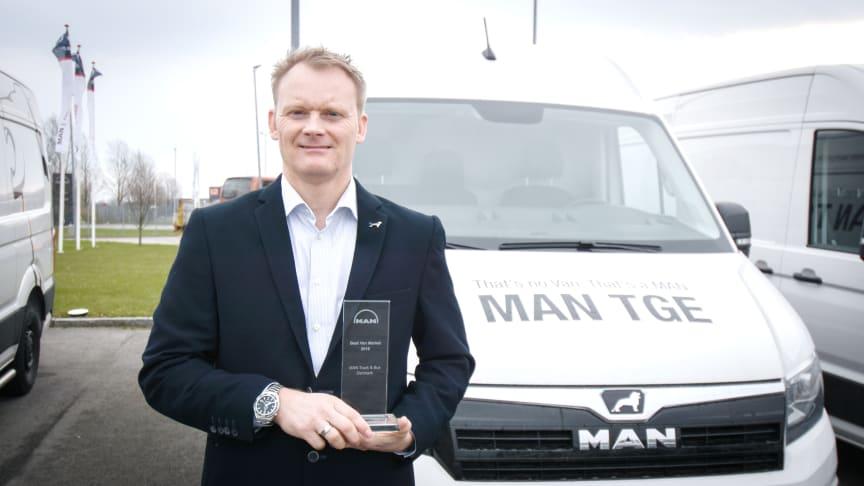 En stolt Nicolai Sperling, Ansvarlig for MANs varebilssalg i Danmark, fremviser trofæet, som Årets Van marked inden for hele MAN koncernen