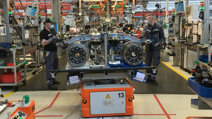 Under omfattende sikkerhedshensyn bliver bus- og lastbilproduktionen nu langsomt åbnet op igen.