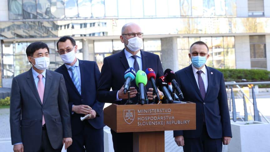 Vid presskonferensen och checköverlämnandet deltog Richard Sulík, ekonomiminister och Slovakiens vice premiärminister (2: a från höger) och Kyong Jae Lee, president i Kia Motors Slovakien (till vänster).