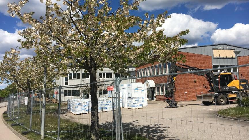 Parkdalaskolan växer fram - Gamla industrilokaler byggs om till en modern 4-9 skola - fruktträden framför byggnaden planeras att bevaras