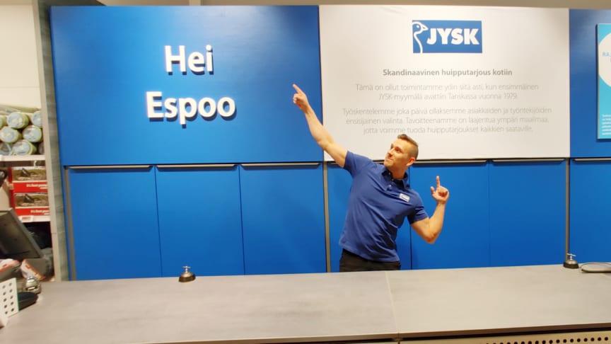 JYSK Sellon myymäläpäällikkö Panu Söderlund valmiina avajaisiin.