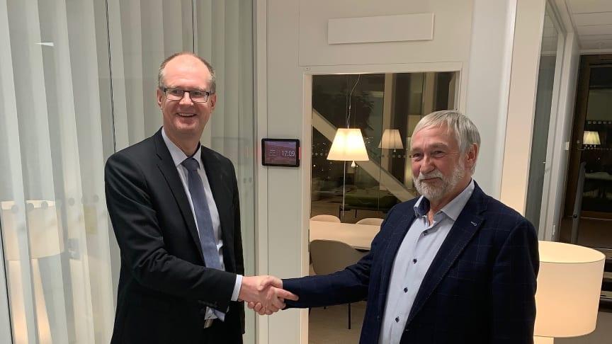 Aren toimitusjohtaja Heikki Pesu ja Climat80 Gruppenin perustaja ja hallituksen jäsen Mats Mårtensson allekirjoitustilaisuudessa