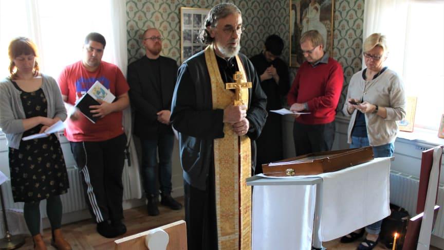 Den ortodoxa prästen Misha Jaksic leder en bön under pilgrimsvandringen. Foto: Mikael Stjernberg (SKR)
