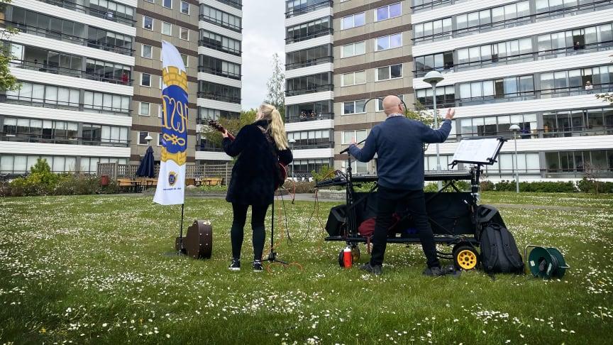 Linda Lundqvist och Lars Linder underhåller på avstånd.
