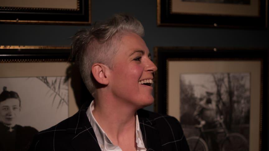 Komikern och trollhätteprofilen Therese McDonald håller i Stand Up for Science.