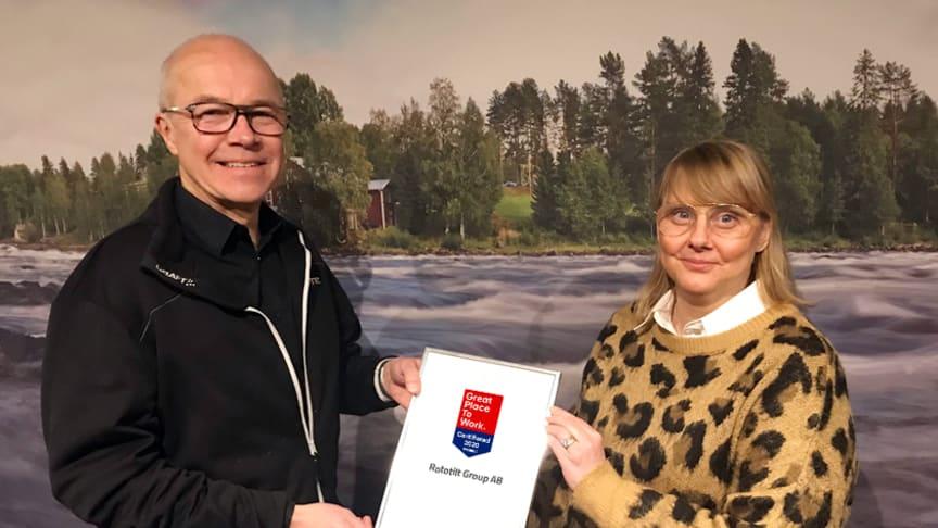 Anders Jonsson, VD mottar Great Place to Work certifikatet/diplomet av Tove Griffin, senior konsult Great Place to Work.