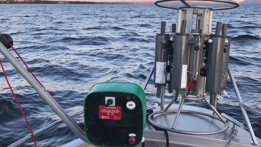 Til Mjøsovervåkningen benytter vi blant annet en spesialbygget «rosettprøvetaker» (vist på bildet under) med innebygget dybdemåler og seks ulike prøveflasker, som programmeres til å hente opp vann fra spesifikke dyp. (Foto: NIVA).
