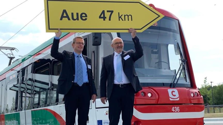 Mathias Korda (li., Chef Verkehr/Infrastruktur im VMS) und Dr. Harald Neuhaus (GF VMS) vor einem Citylink, der auf der neuen Strecke eingesetzt werden soll (Copyright: Verkehrsverbund Mittelsachsen GmbH)
