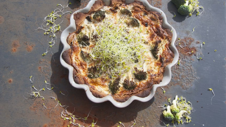 Paj med broccoli och grönkålsgroddar