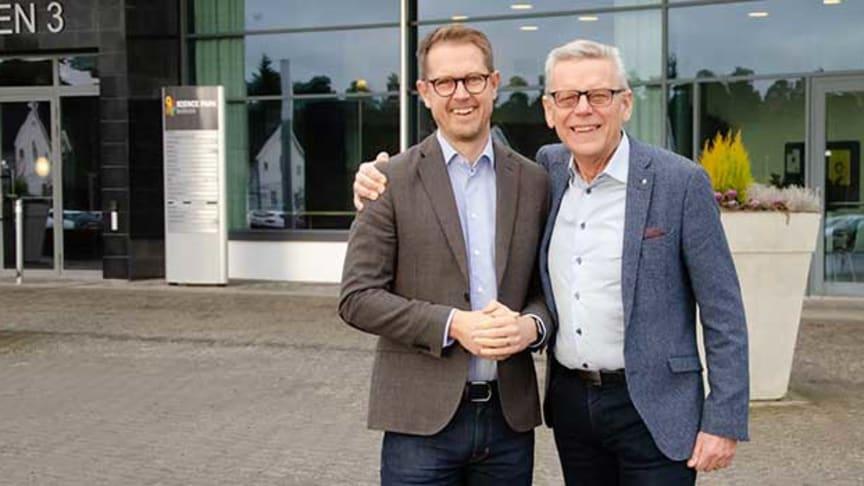 Per Skånberg, till vänster, tillträder som vd för Skaraborg Invest den 1 april. Nuvarande vd, Carl-Henrik Ohlsson, önskar honom lycka till.