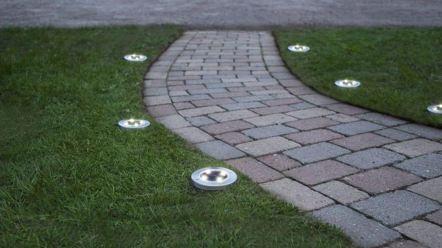 Lamporna sticks enkelt ner i gräsmattan med spettet på undersidan.