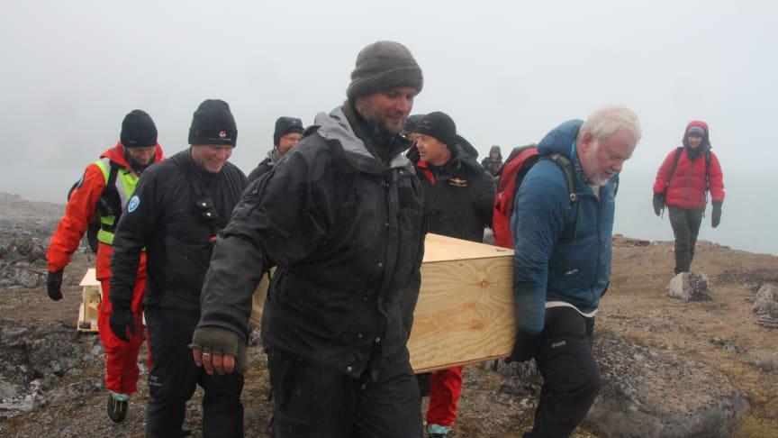 Foto: Siri Wolland/Riksantikvaren. En grav på vei ut i havet: Klimaendringer er lettere å forklare ved hjelp av bilder. Dette bildet viser en hvalfangergrav på Svalbard som nesten er rast ut i havet på grunn av erosjon.