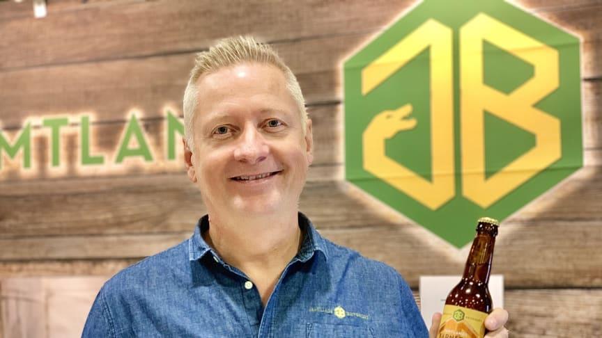 Anders Thelenius, vd på Jämtlands Bryggeri med Bärnsten, vinnaren av Nolia Beer Master 2019.