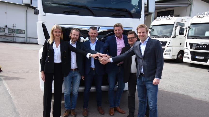 Moa Bay, Rolf Andersson, Neoplan Väst AB, Thomas Skousgaard, MAN Danmark, Joakim Bay, Kenneth Liljeson MAN Truck & Bus Väst och Fabian Knappik, MAN Sverige och Norge ser fram emot det nya samarbetet.