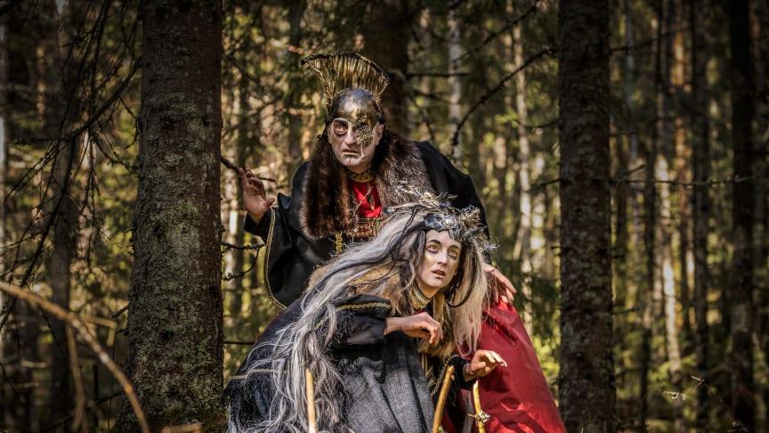 Hanna Kulle som Völvan och Paul-Ottar Haga som Oden i Eddan av Västanå Teater. Foto: Håkan Larsson