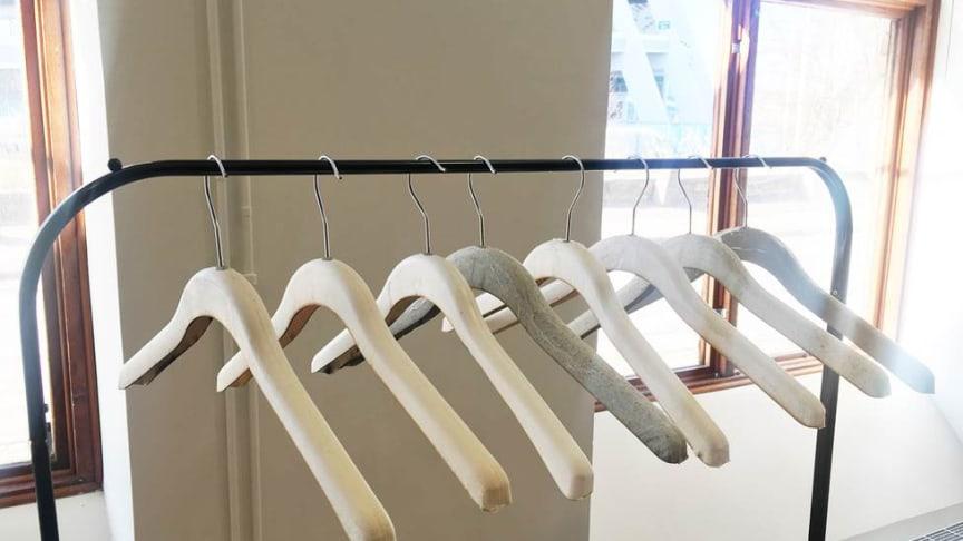 Ekoligens galge av Svensk skogsråvara lanseras under Almedalsveckan tillsammans med Swedish Fashion Council i Visby i juli. Och från och med i höst kommer den att synas i KappAhls butiker.