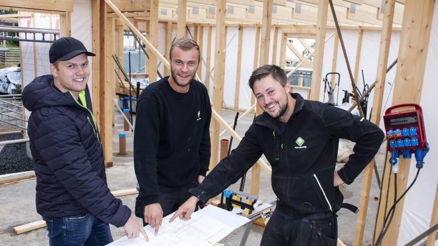 Sigurd Skjæret (nr 2 fra venstre) og Joakim Siljubergsåsen (nr 3 fra venstre) har gått fra å være lærling til fast ansatt i NORDBOLIG. Brænd er meget godt fornøyd med jobben de gjør.