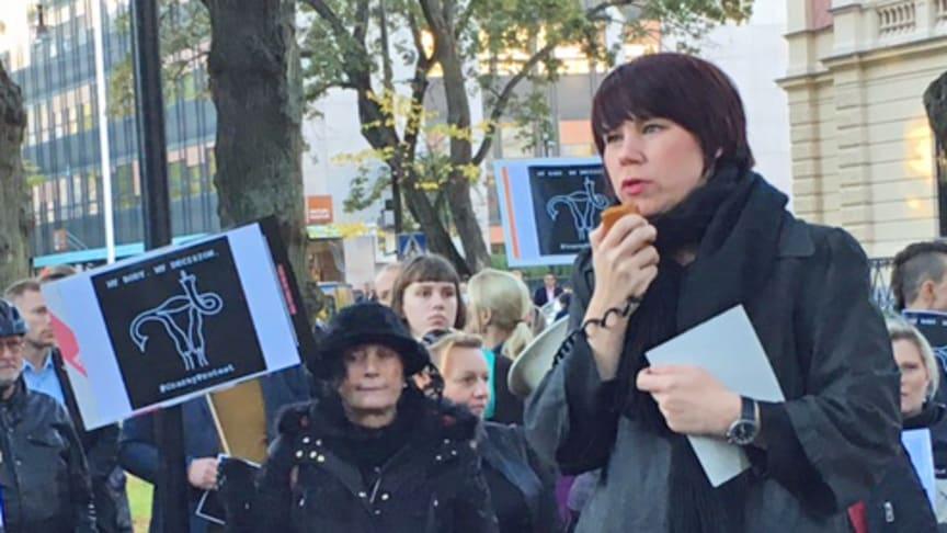 Kristina Ljungros talar på manifestationen mot det polska lagförslaget i Stockholm.