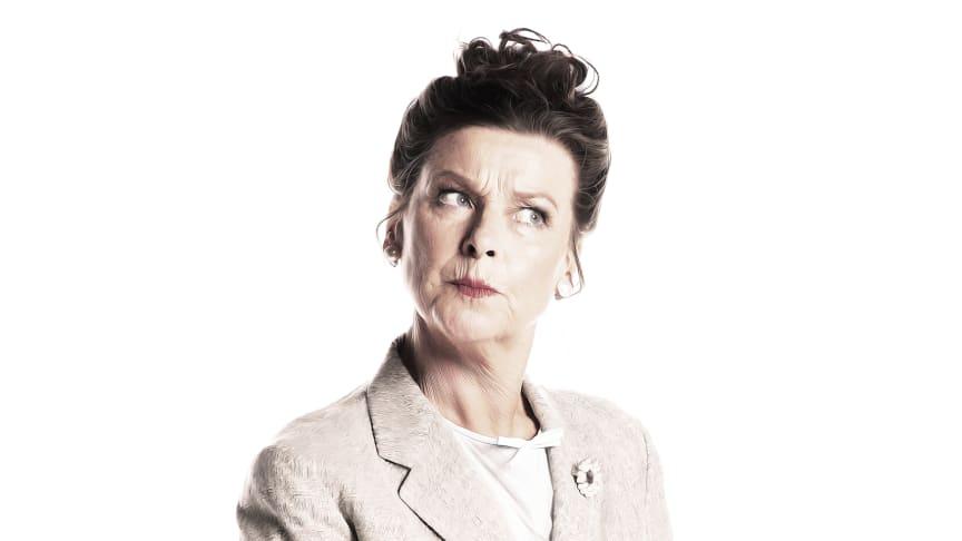 Lotta Engberg som Rektor Lynch