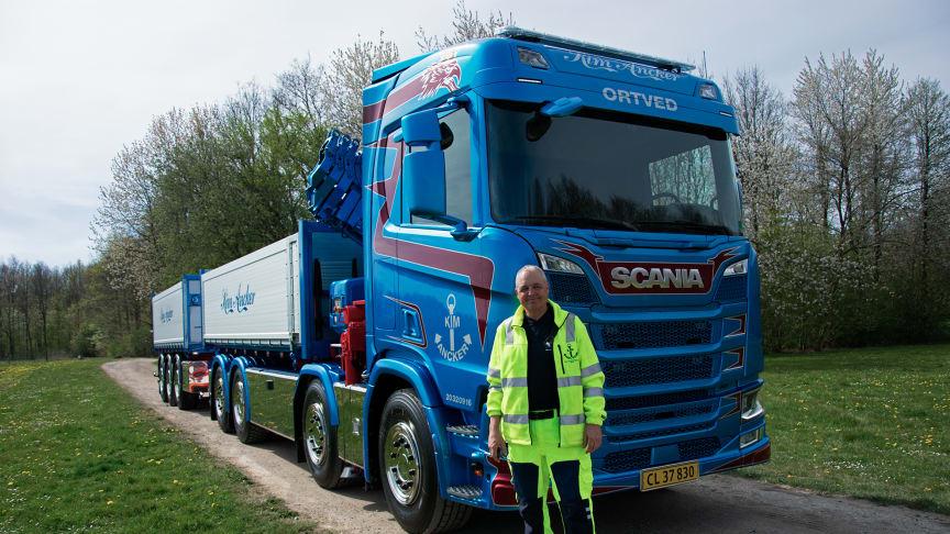 Damarks første Scania lastbil med hjertestarter er netop leveret til Kim Ancker fra Ortved