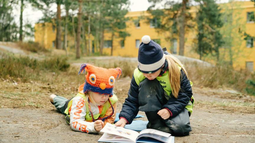 Anna Fiske Førskolebarn blar i Hvordan begynner man på skolen Foto Åsmund Holien Mo Cappelen Damm.jpg