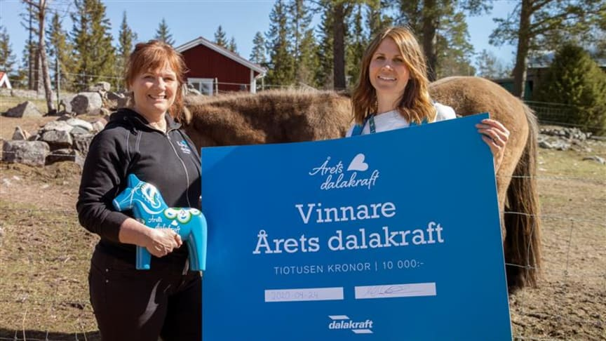 Vinnaren av Årets dalakraft Stina-Kari Axelsson och Hanna Risander