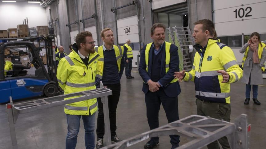 Transportminister Benny Engelbrecht besøger Blue Water Shipping Taulov og for at høre om optimering af pallegods som klimaindsatsområde.