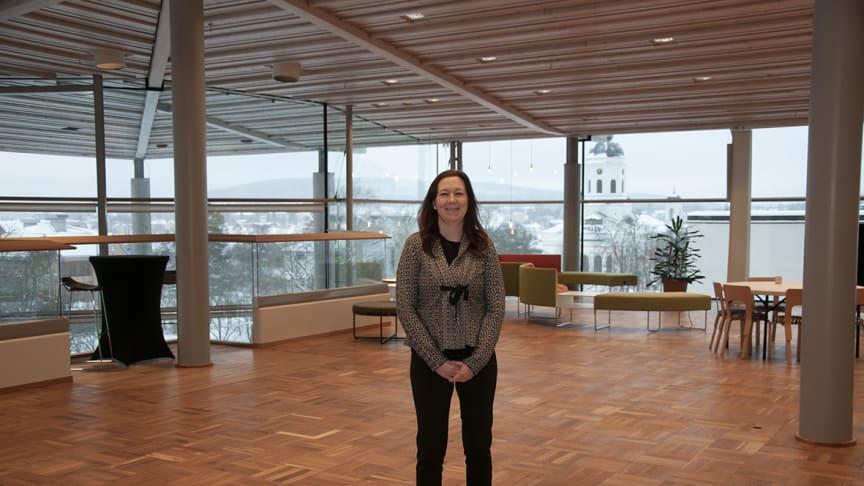 Evenemangsutvecklaren Jessica Sjögren välkomnar Idolgänget till plan 4 på Sambiblioteket.