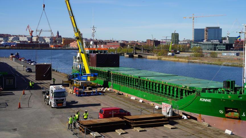 I Frihamnen lossades på torsdagen ett 40-tal nya moduler till det pågående bygget av temporära bostäder på Kvillepiren. Foto: Älvstranden Utveckling
