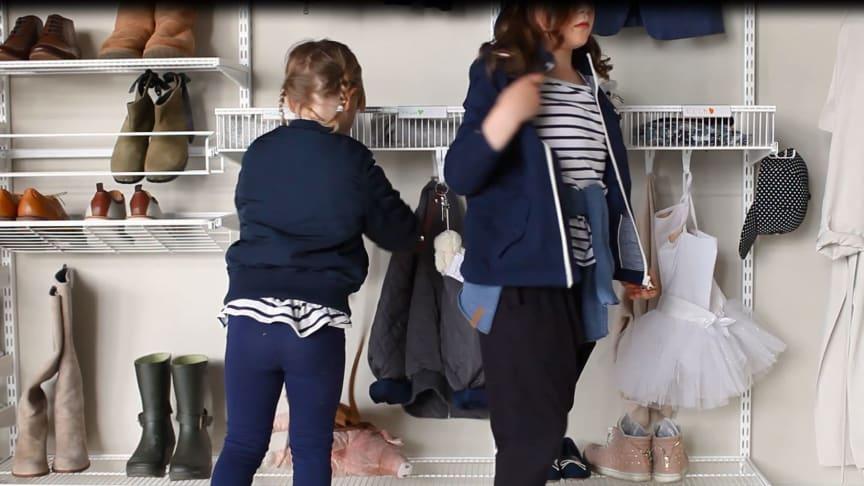 Elfa_ Børn holder orden i entréen.