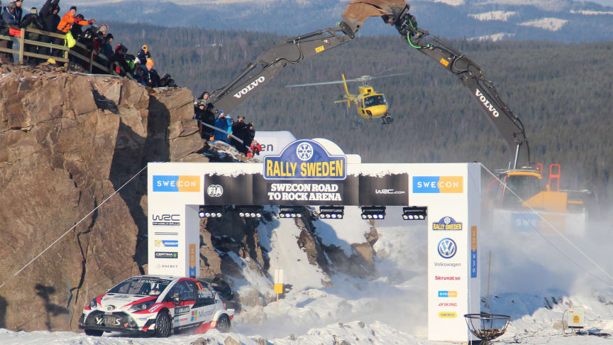 Bild från Rally Sweden 2017 då vinnaren Jari-Matti Latvala passerade Swecon Road to Rock Arena på finaldagen.