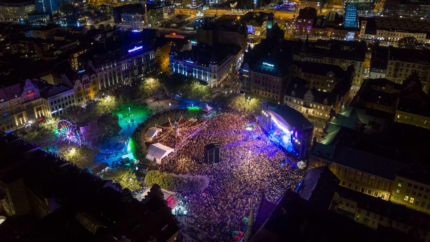 Housestjärnan Otto Knows avslutade Malmöfestivalen 2019 inför ett fullsatt Stortorget. Foto: Magnus Franzén/Highshot