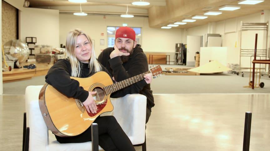 Fritidsledarna Emelie Lindström Olsson och Fuad Kapidzic har lite kvar att fixa innan nya fritidsgården Mega kan invigas 14 februari 2020.