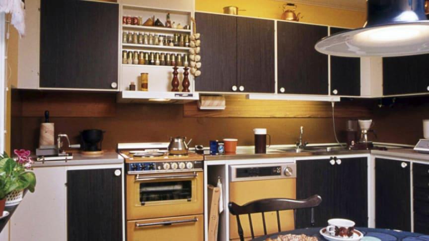 Riksbyggen har skapat rum för hela livet i 80 år. På bilden ett kök när det begav sig någon gång på 1970-talet.