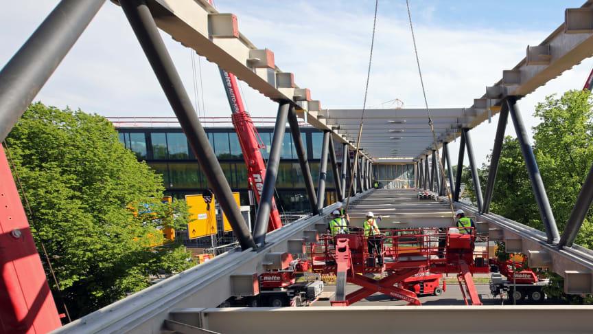 Die Stahlbrücke überragt mit ihren 72 m Länge die achtspurige Hans-Böckler-Allee (Copyright: ZÜBLIN/Ulrich Reinecke)